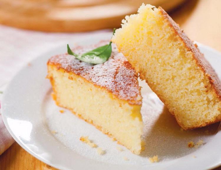 После этого растопите на плите масло, остудите его, добавьте разрыхлитель и вылейте в тесто.