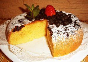 Бисквитный пирог с ягодами на скорую руку в мультиварке