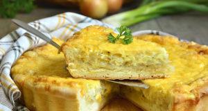 Быстрый французский пирог с луком, яйцами и плавленым сыром