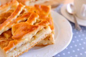 Воздушный дрожжевой пирог с яблоками в духовке