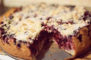 Дрожжевой пирог с замороженной смородиной