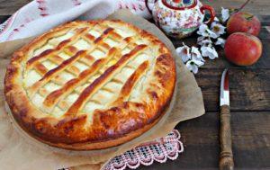 Нежный дрожжевой пирог с яблоками в духовке из творожного теста