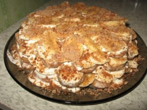 Обычный торт из пряников с бананом и сметаной