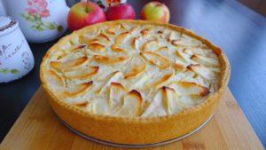 Открытый пирог «Шарлотка», приготовленный на скорую руку в мультиварке