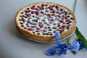 Песочный пирог с ягодами и кремом в желе