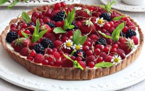 Песочный пирог с ягодами и сливками