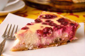 Простой пирог с вишней и орехами