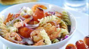 Салат с макаронами и креветками