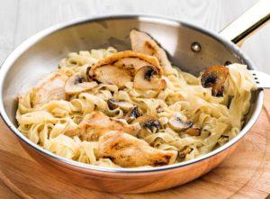 Самые простые спагетти с грибами в сливочном соусе