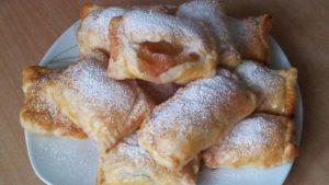 Слоёные пирожки с яблоками из дрожжевого теста