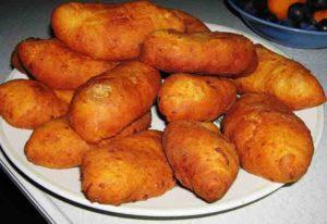 Слоёные пирожки с яблоками и рисом, жаренные во фритюре