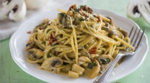 Спагетти с грибами в сливочном соусе (с горошком)