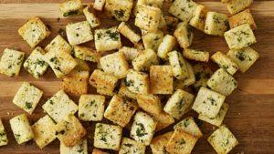 Сухарики из белого хлеба в чесночном масле с пряными травами