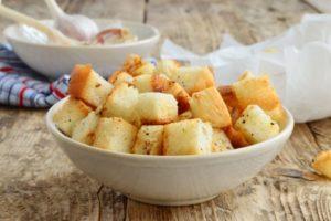 Сырные сухарики из белого хлеба