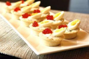Тарталетки с икрой, сыром и яйцами