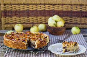 Шарлотка на сковороде с медом и орехами