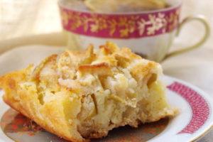 Шарлотка на сковороде с яблоками из манной крупы