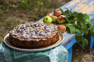 Шарлотка на сковороде с яблоками, ягодами, медом и орехами