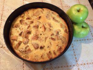 Шарлотка на сковороде с яблоками – общие принципы приготовления