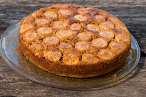 Шарлотка с абрикосами: рецепт с бананами