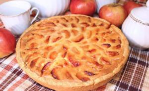 Яблочный пирог на сковороде из сметаны